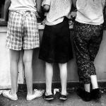 untitled-three-girls-at-a-kiosk-leon-levinstein-60s